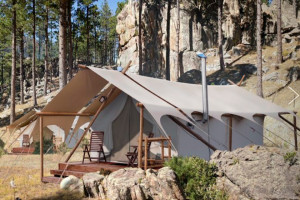 Luxury Camping around Rushmore & Black Hills : Under Canvas - Mt Rushmore. Camping as it should be! Luxury tent camping in Keystone SD. Select from 3 levels of comfort and amenities. Great for wedding groups too.